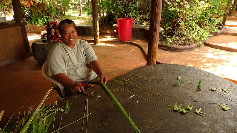查莫洛婦女各個都是編織能手