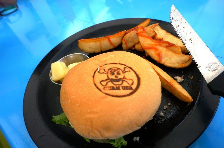 非常柔軟的漢堡麵包搭上新鮮蔬菜,配合鮮嫩多汁的自製肉餅,一口咬下去多層次口感讓人大滿足。