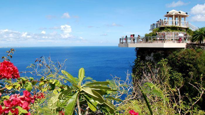 戀人岬擁有座落山岬上的展望台,可以觀賞菲律賓海及杜夢灣的全景視野。