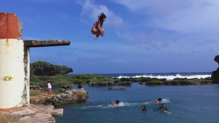 天然泳池的魅力,連櫻花比基尼妹也奮力一跳。(圖片提供/Gabey Kao)