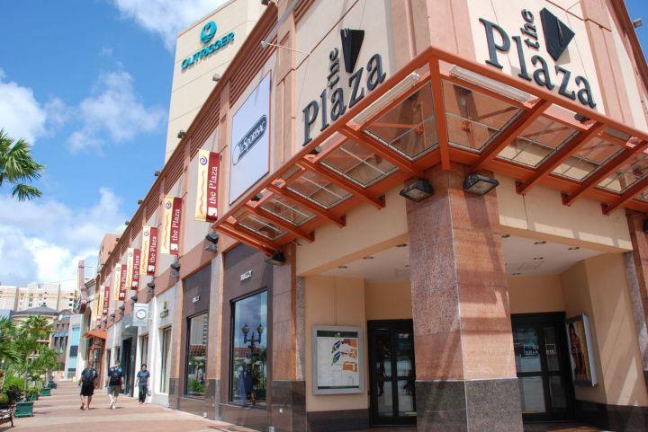 廣場購物中心 The Plaza最大特色就是整棟購物中心與奧瑞格飯店 Outrigger Resort、海底世界水族館 Under Water World相通。