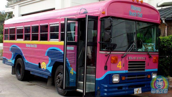 ABC擁有自家的粉紅接駁車是一大特色。