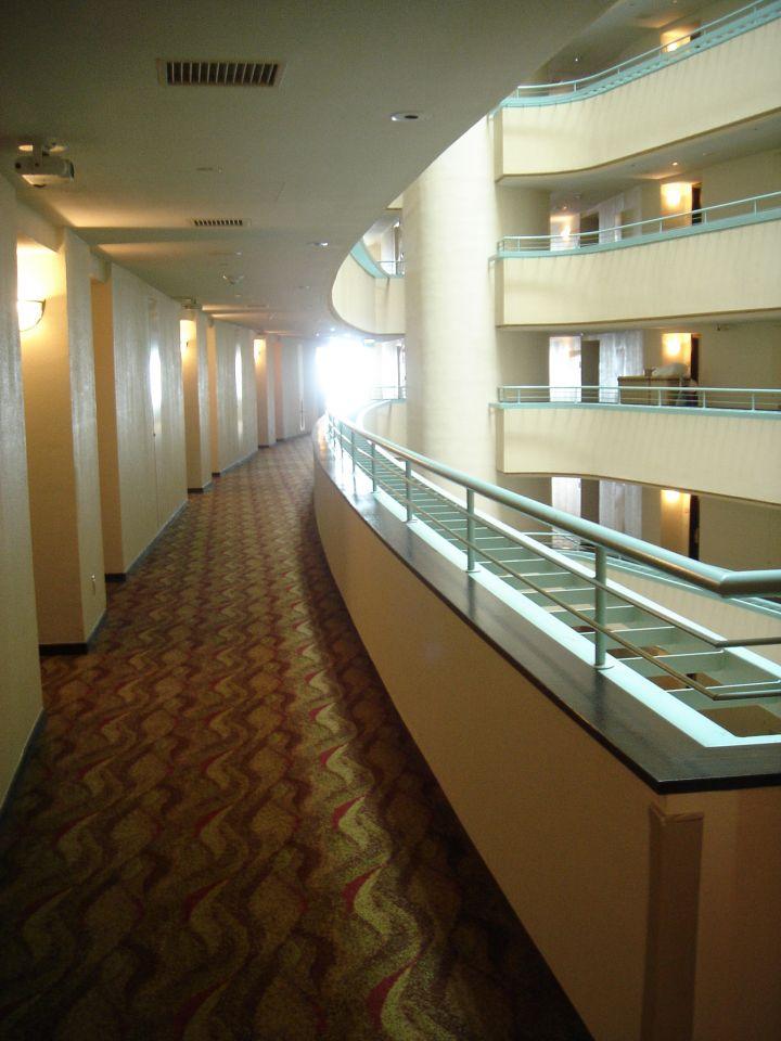 房間外的中空走廊。