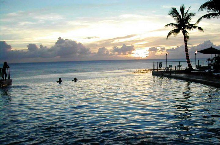 海天一線游泳池,日落時分浪漫無敵。