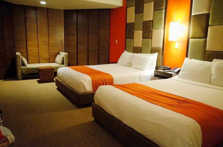 房間大量原木色調點綴,配上海島色彩,營造高級氣氛。