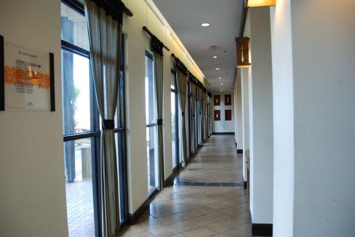 飯店房間走道。