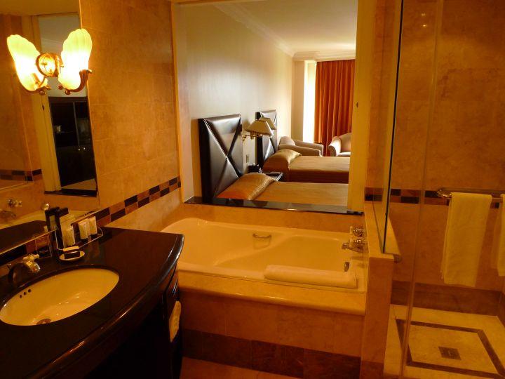 廁所窗簾拉開可以一邊泡澡一邊看天空。