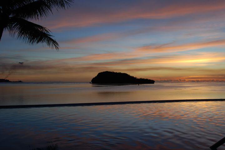 沙灘旁的阿露貝小島又稱鯨魚島,可徒步前往。