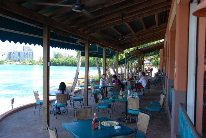 阿物覺得到海島旅遊每個人心中應該都有坐在海邊吃飯聽歌的悠閒畫面。