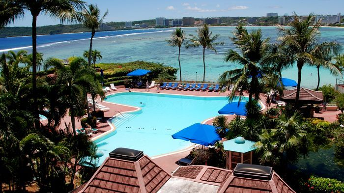 飯店內擁有三座泳池跟滑水道,水上設施豐富。