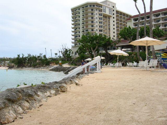 飯店沙灘無法直接下水,需經過一個小階梯。