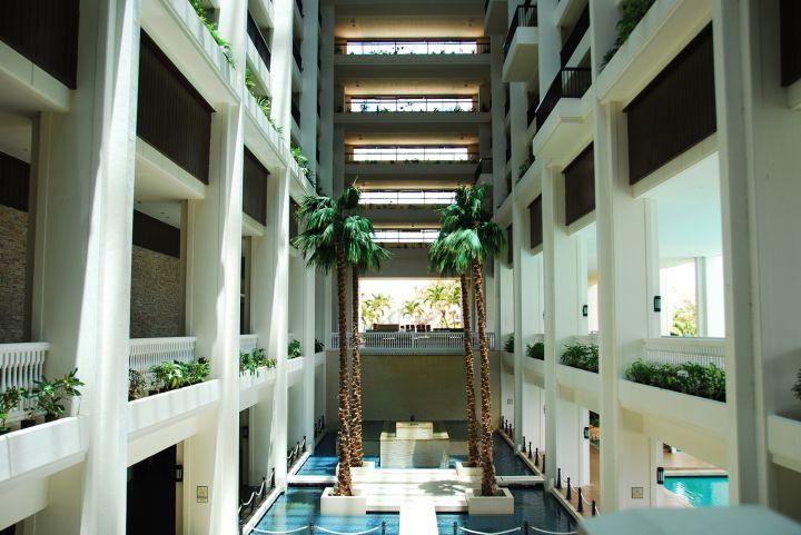 飯店中庭全開放式地中海風格非常特別。
