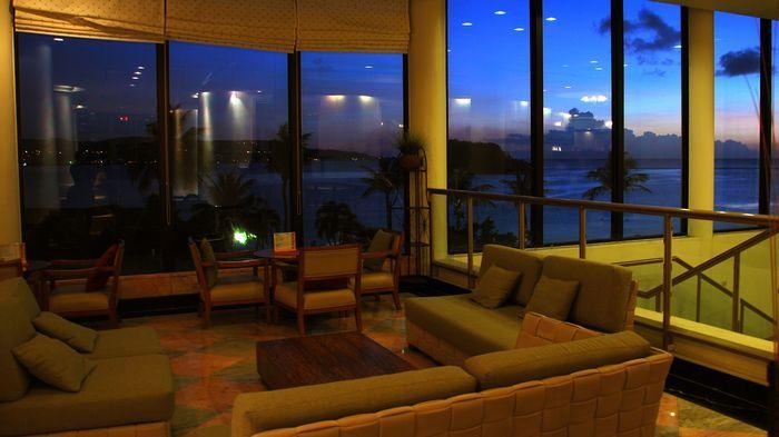 大廳有大面落地窗,可以邊休息邊看日落。