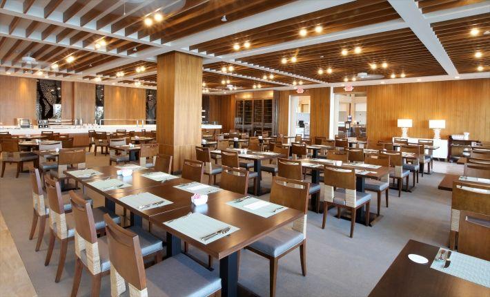 簡約風格的飯店餐廳。