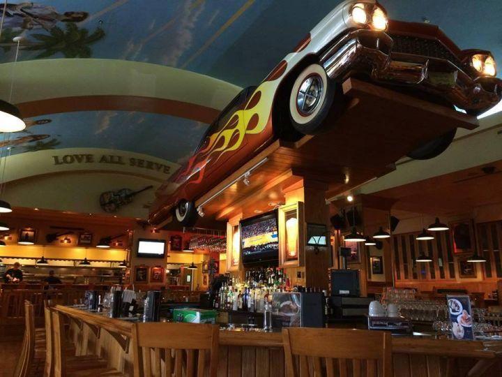 Hard Rock很特別的是,在不同國家會有不同的裝潢與餐點,關島店的天花板是大片島嶼彩繪搭上一把海島彩繪大提琴,跟很搖滾的室內風格形成強烈對比。(圖片提供/關島之家成員 Vicky Tu)