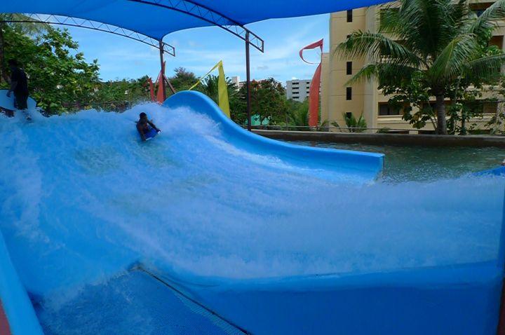 樂園裡最為人稱讚的激流設施Flow Rider。