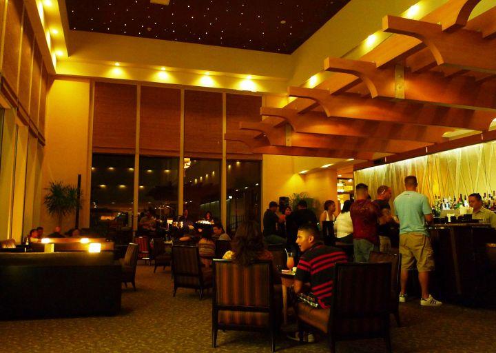 位於杜夢灣中心點Outrigger飯店大廳的Palm Cafe白天可吃早餐,晚餐可吃牛排,到了夜晚則是一個聽歌放鬆的好地方。