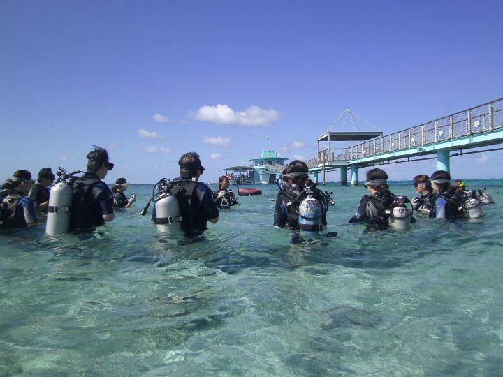 潛下水之前,教練還會帶著大家練習水中的呼吸方式與下水後注意事項。