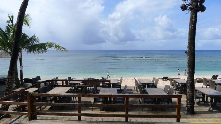 The Beach有提供餐點與各式調酒、沙灘排球、Live Band、各式主題Party、原住民舞蹈秀到各種不同需求的包廂都有。