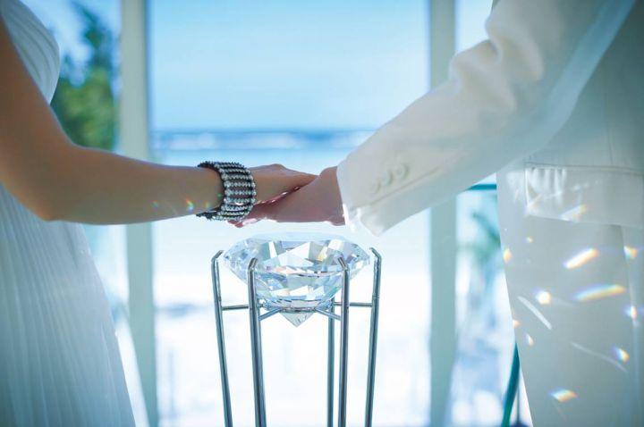 水晶誓言儀式,新人共同將手放在巨大水晶上,將感恩與願望都寄託於水晶。