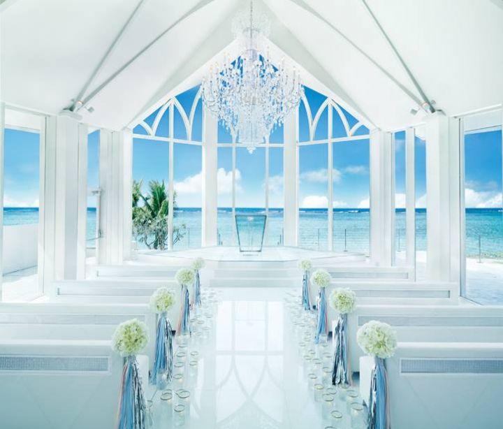 教堂內有一座由數十萬顆施華洛士奇水晶打造而成的華麗水晶吊燈和水晶祭壇。