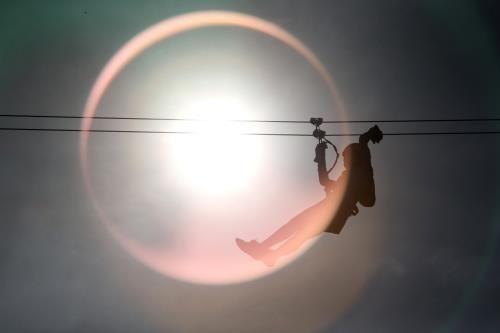 關島高空滑索位在杜夢灣希爾頓酒店旁邊的叢林裡。(圖片來源/中央社)