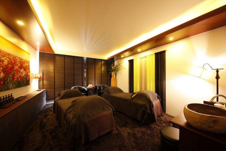 每個療程室的大小相當於一間飯店雙人房,還有獨立的衛浴設備。