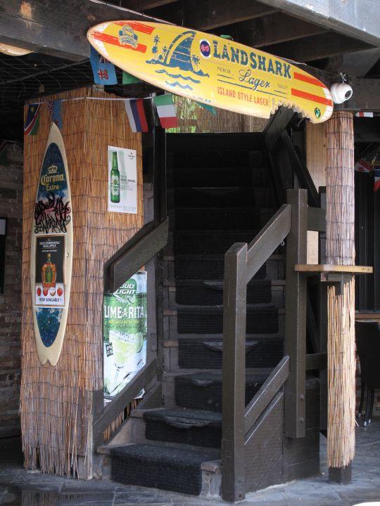 泳池位在一樓的入口處旁,一進入店內即能感受到充滿熱帶風情的fu。