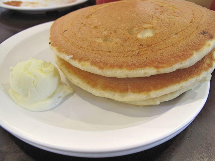 在Eggs 'n Things就是要品嚐一下店內的招牌鬆餅啊。