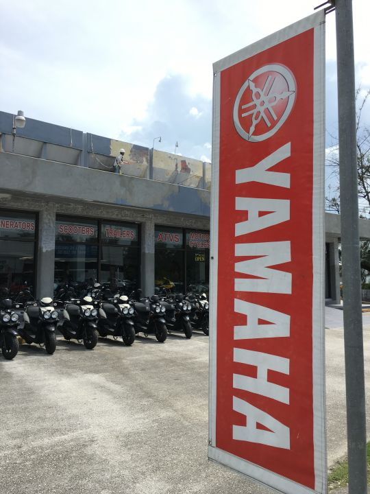 目前唯一一家位在tuRe' café附近的機車行「Royal Pacific Motors Yamaha」是許多旅客租機車的首選。