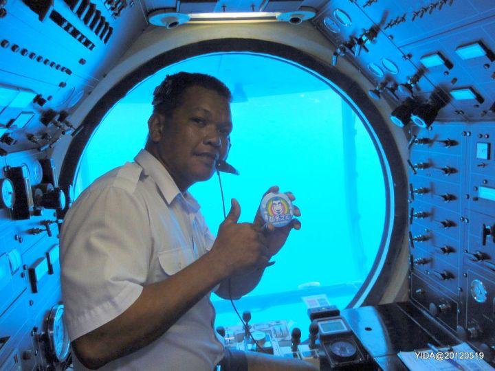 潛艇內有導覽人員用日語跟英文做現場解說,也有預錄好的中文解說,可以用船上的耳機聽。