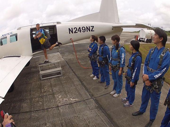 上飛機前的跳傘動作指導。