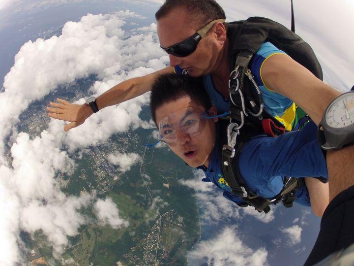 跳傘時別忘了對著鏡頭擺出最酷的表情。