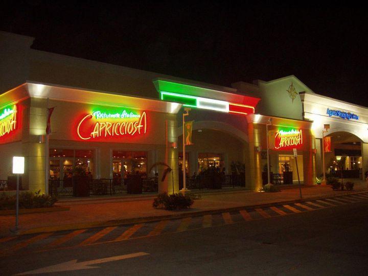 亞加納購物中心分店。