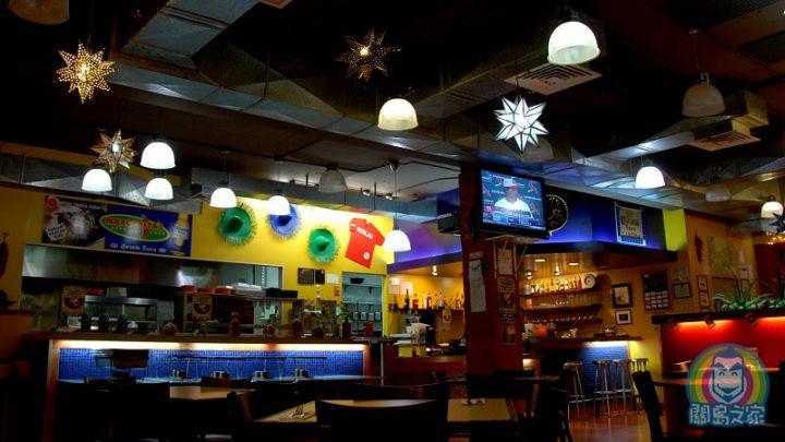 充滿墨西哥風格的餐廳內部。