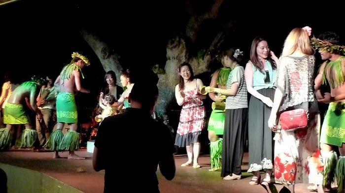 舞者們與觀眾互動。