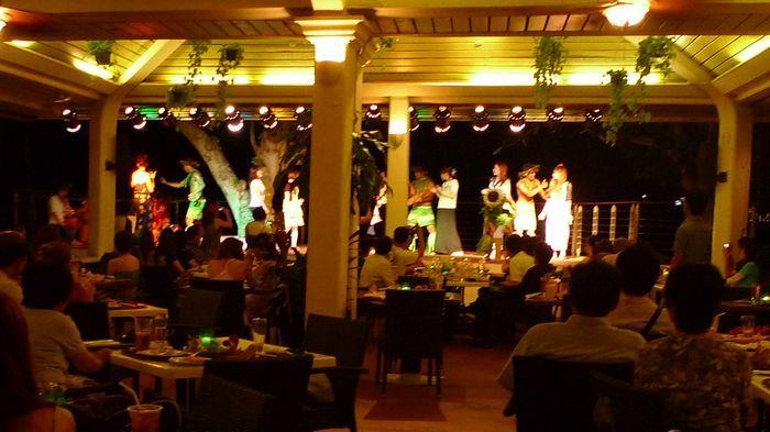 舞台上舞者與觀眾的互動炒熱現場氣氛。
