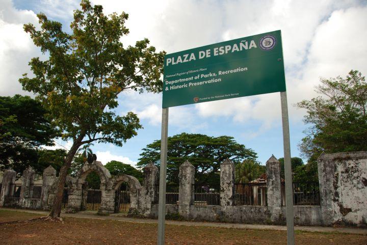 西班牙廣場位在亞加納市區、關島1號與4號公路交叉口。