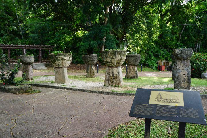 拉堤石公園(Latte StonePark)內有8根拉堤石柱,從關島南部的Mepo村搬移過來。