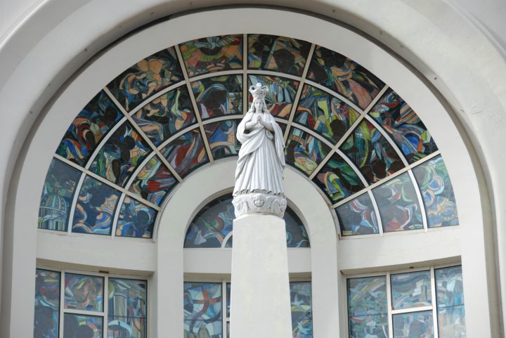 聖母卡瑪琳雕像。