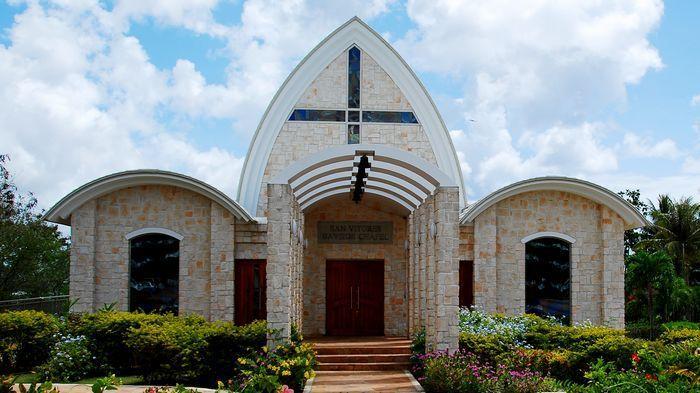 聖維多力斯教堂 San Vitores Bayside Chapel位於歴史悠久的關島日航飯店的腹地內。