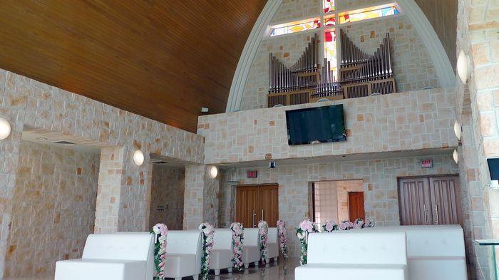 在儀式後,入口處會以五連鐘的鐘聲及花瓣浴為二人串起甜蜜的祝福。
