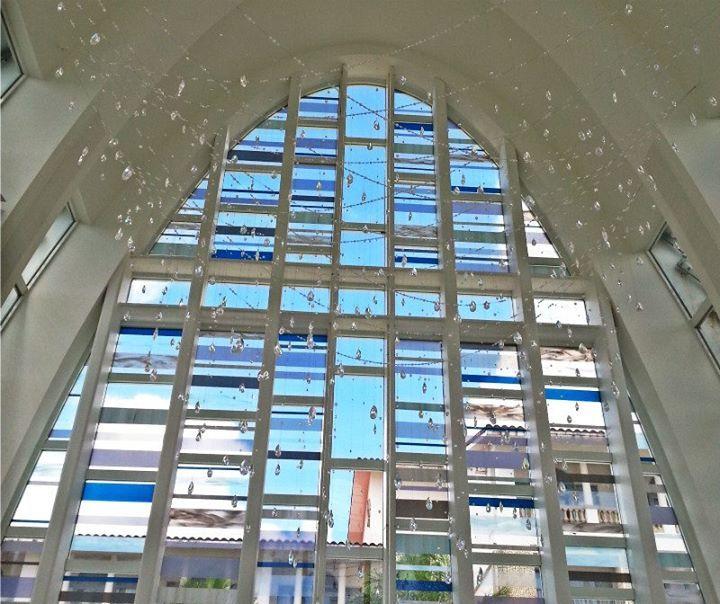 天井上用1200多顆施華洛士奇水晶做成的吊飾,在陽光的照射下閃爍。