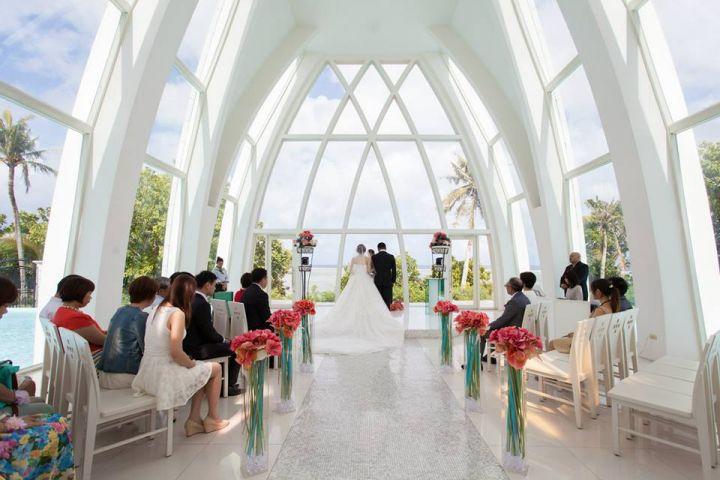 彩虹教堂的設計元素為水,新人走上教堂,純白為基底的浪漫設計映入眼簾。