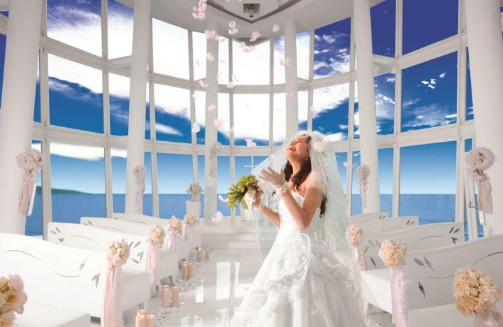透亮的玻璃將藍天白雲融入整個婚禮中。