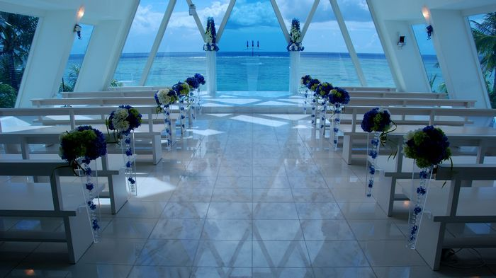 以愛琴海式的藍、白基調,打造成希臘浪漫風格教堂。