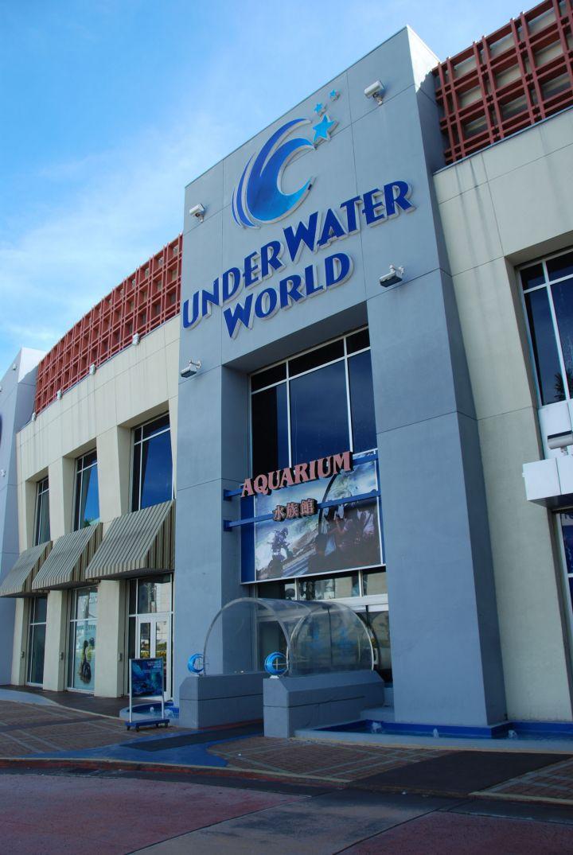 關島海底世界水族館Under Water World是世界上最長的水族館。