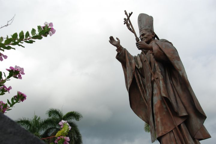 位於西班牙廣場前有一座天主教若望保祿二世的教宗紀念像 (Pope John Paul II Statue) 。