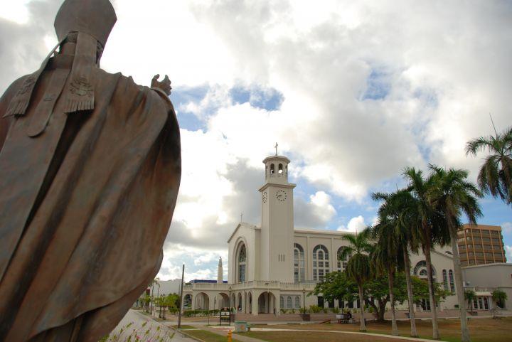 雕像每隔12小時旋轉一周,使得家家戶戶都能得到教宗的祈福。