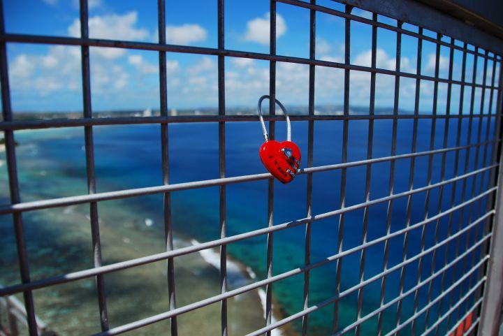 記得帶個鎖 將你倆感情永遠鎖緊緊。